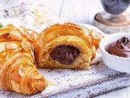 Рецепта Лесни и бързи сладки кроасани от замразено многолистно бутер тесто с шоколад или сладко